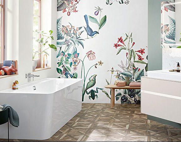 Modernes Bad mit Blütenmeer